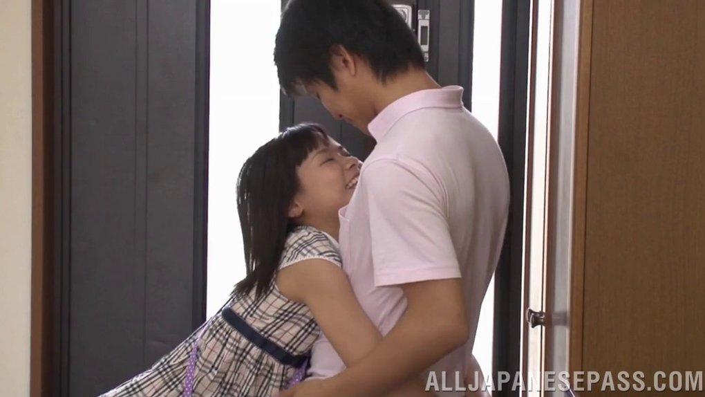 teen cannot resist kiss amateur